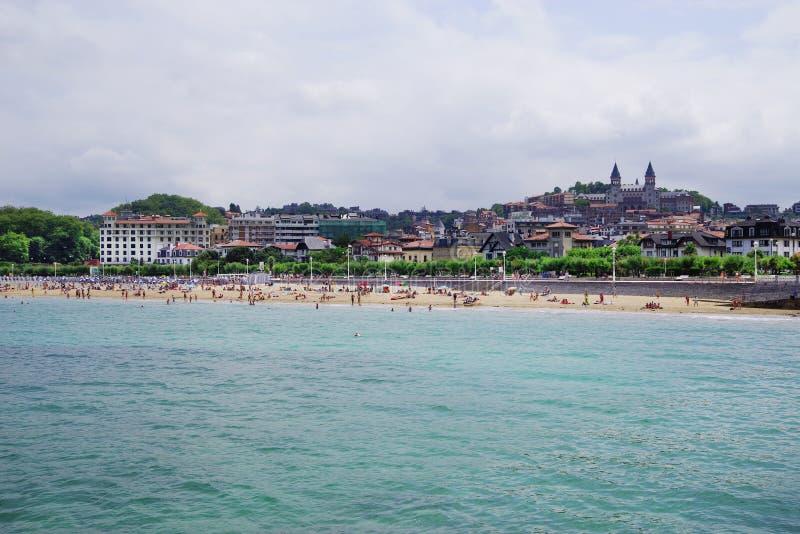 圣・萨巴斯蒂安,西班牙- 2018年7月24日:Playa de Ondarreta在一好日子 塞米纳里奥Diocesano de圣・萨巴斯蒂安背景权利 免版税图库摄影