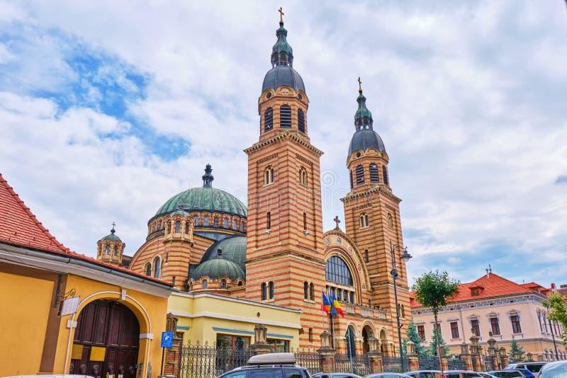 圣三一座堂Catedrala Sfanta Treime声浪锡比乌,前方如被看见从城市街道 免版税库存照片
