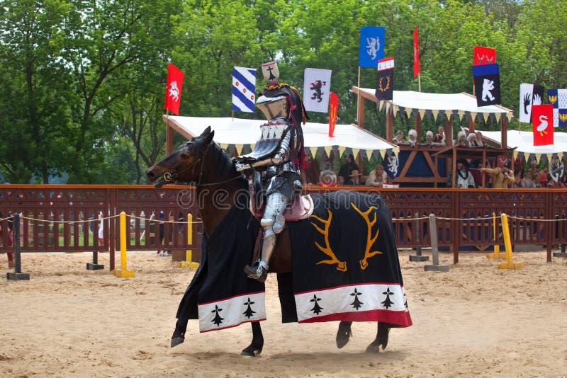 圣乔治的比赛,马背射击的竞争,战斗与长矛,骑士比赛的马的骑士 免版税库存照片