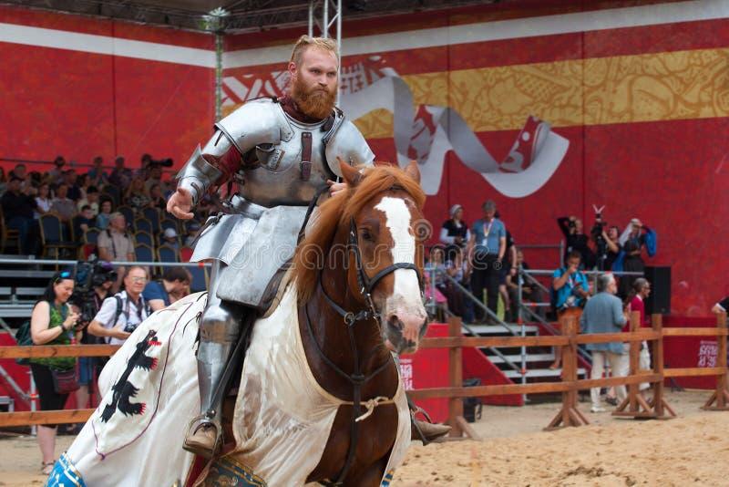 圣乔治的比赛,马背射击的竞争,战斗与长矛,骑士比赛的马的骑士 库存图片