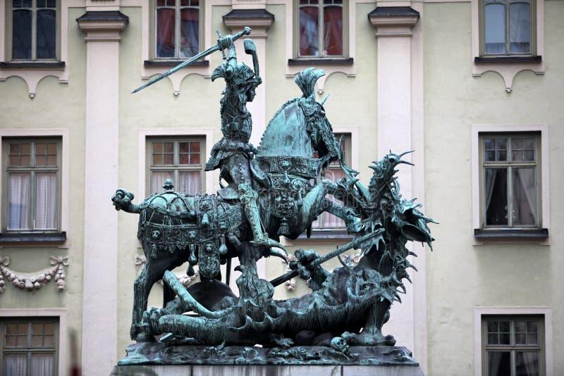 圣乔治和龙雕象 库存图片