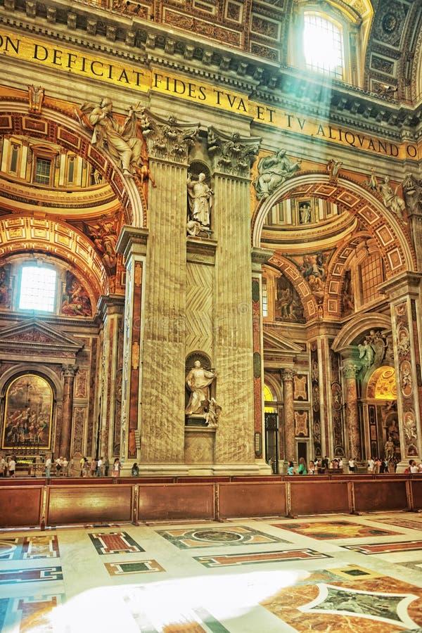 圣伯多禄大教堂内部在意大利的梵蒂冈 免版税库存图片