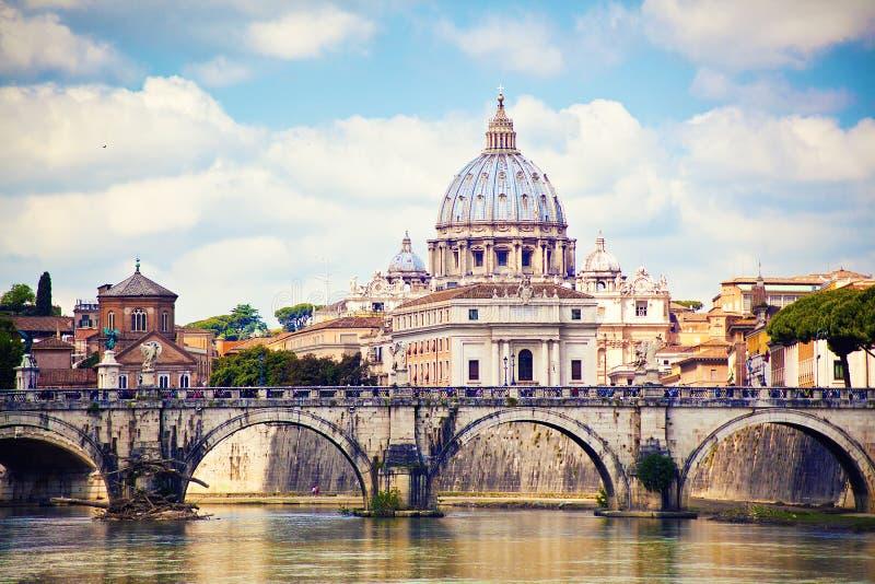 圣伯多禄大教堂看法在罗马 免版税库存照片