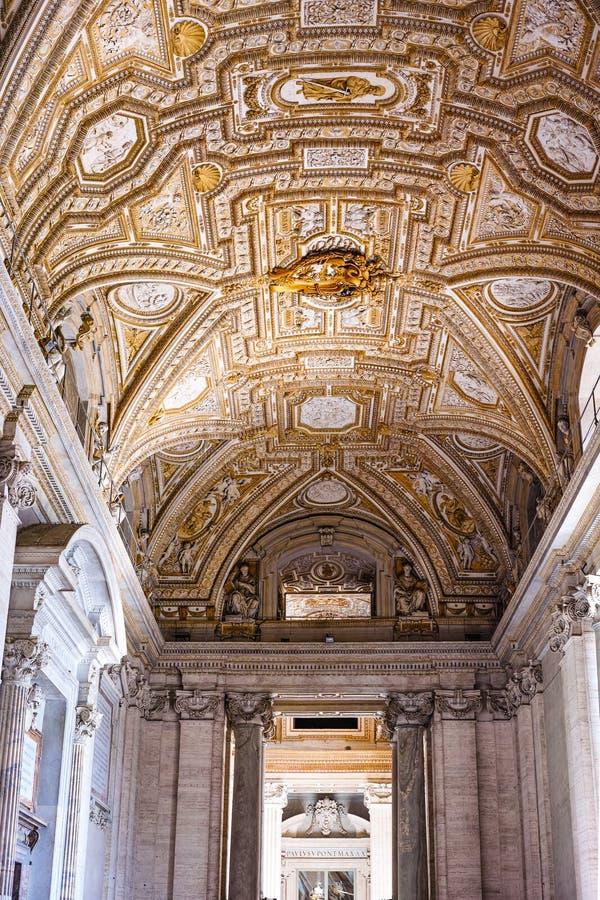 圣伯多禄的大教堂金黄天花板  免版税库存图片