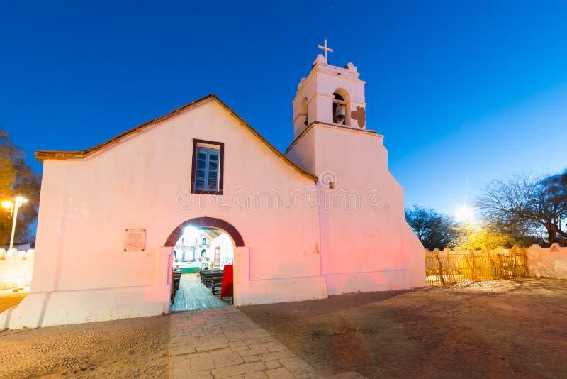 圣佩德罗火山在大广场的de阿塔卡马教会在阿塔卡马沙漠 库存照片