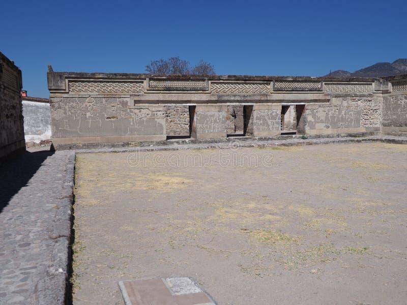 圣佩德罗火山教会墙壁在市Mitla, Zapotec文化考古学站点在瓦哈卡状态的在墨西哥风景 免版税库存照片