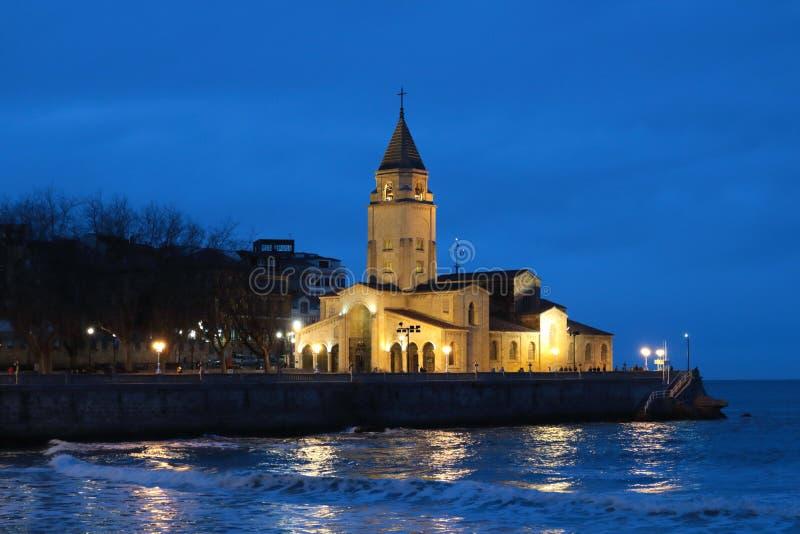 圣佩德罗火山教会的夜视图  库存照片