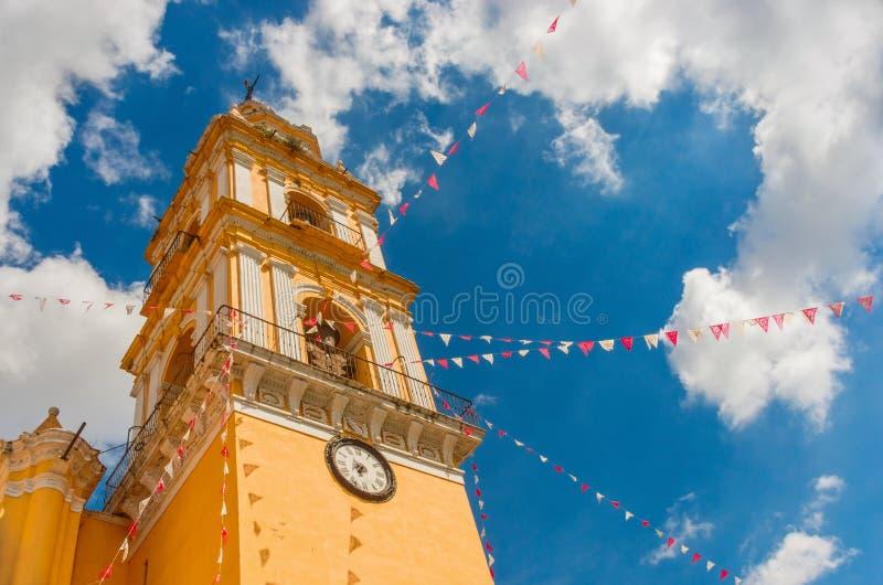 圣佩德罗火山Apostol教会在Cholula 普埃布拉,墨西哥 库存照片