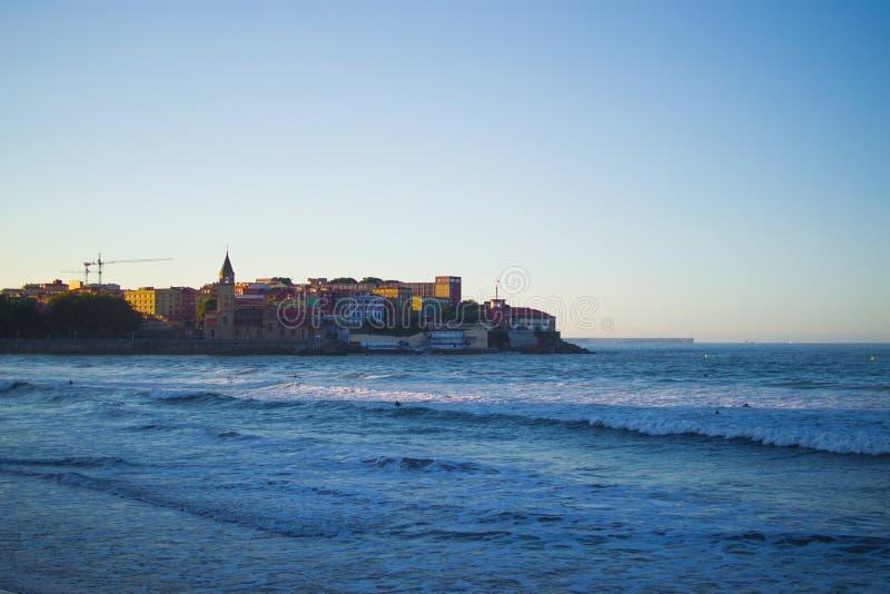 圣佩德罗的教会伊格莱西亚与Cantabrian海的de圣佩德罗圣洛伦佐海滩的,Gijon,阿斯图里亚斯西班牙 库存照片