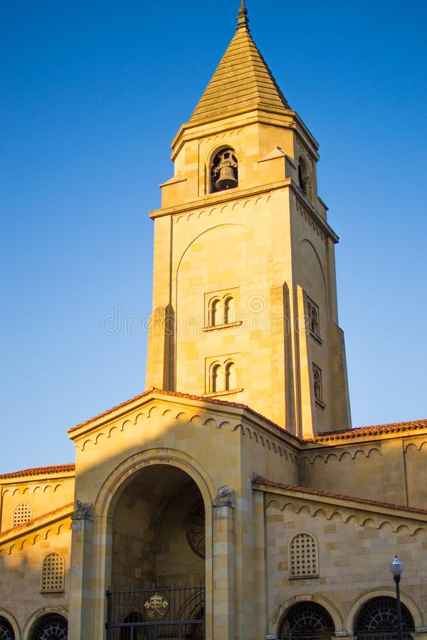 圣佩德罗的教会伊格莱西亚在圣洛伦佐海滩,Gijon,阿斯图里亚斯西班牙的de圣佩德罗门面的垂直的照片  库存图片