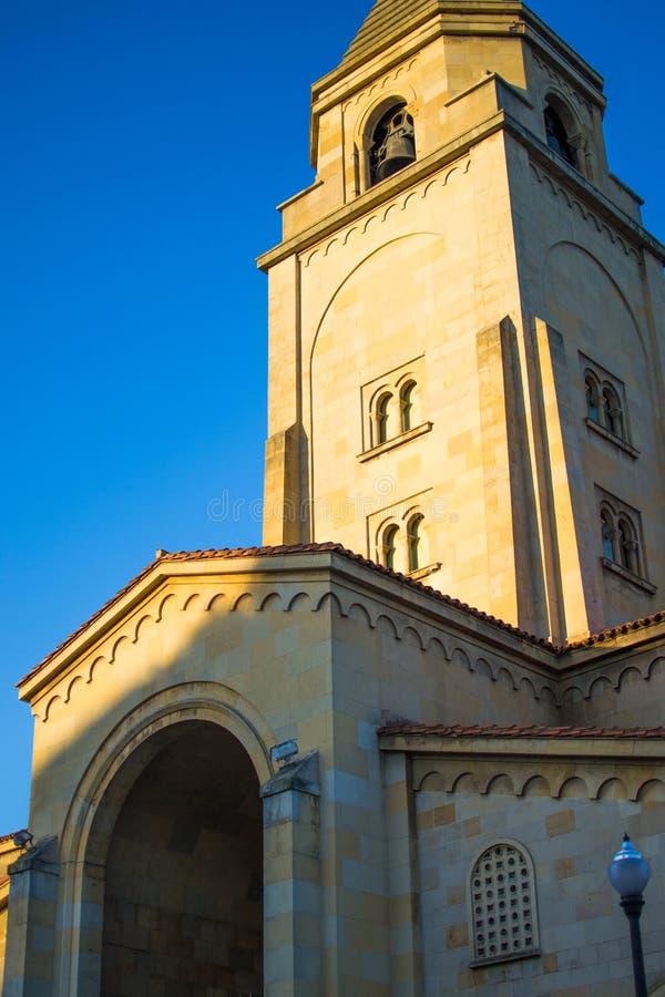 圣佩德罗的教会伊格莱西亚在圣洛伦佐海滩,Gijon,阿斯图里亚斯西班牙的de圣佩德罗门面的垂直的照片  免版税图库摄影