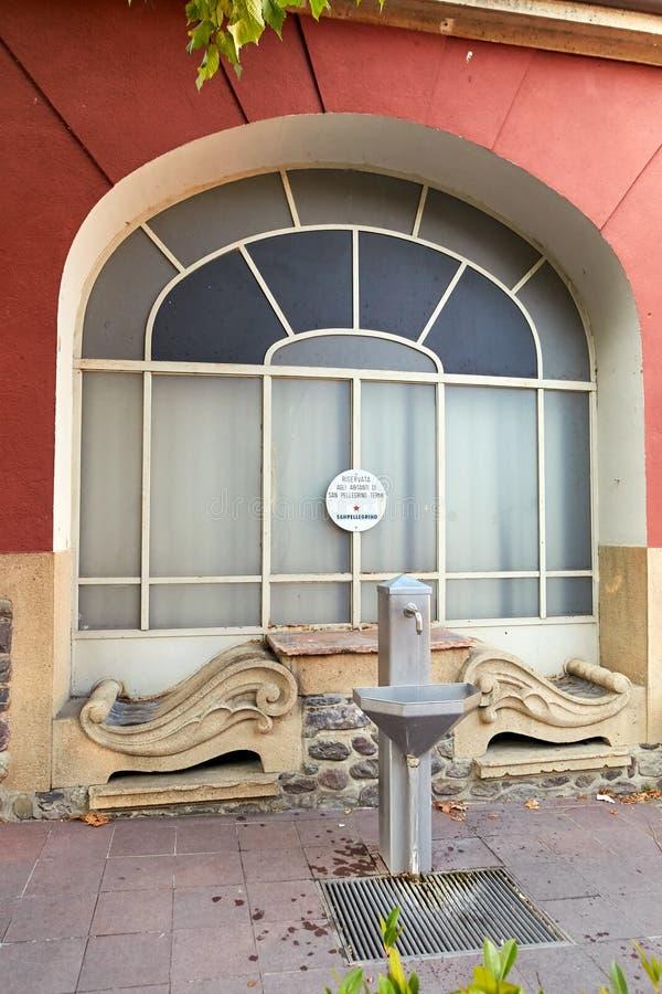 圣佩莱格里诺泰尔梅,意大利- 2017年8月18日:与饮用水的专栏来源在城市街道上 免版税库存图片