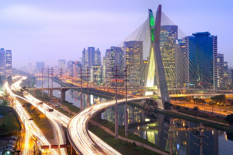 圣保罗地平线在与奥克塔维奥・弗里亚斯・德奥利韦拉大桥的晚上 库存照片