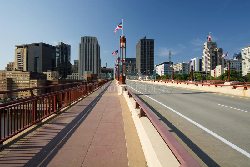 圣保罗地平线, Wabasha街自由桥梁,圣保罗,明尼苏达 免版税库存图片