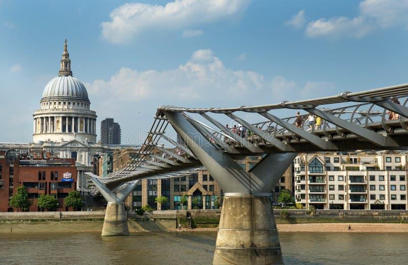 圣保罗大教堂和千年桥梁在伦敦 免版税图库摄影