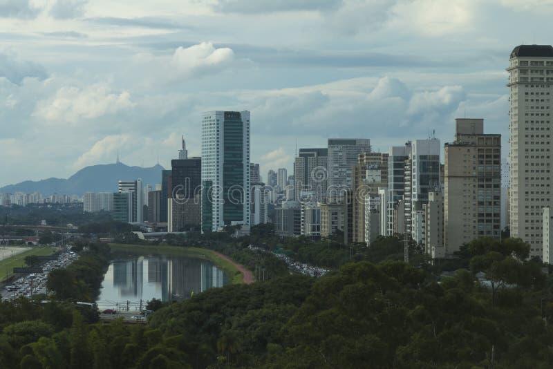 圣保罗巴西、少量的Pinheiros大道和杉木河 免版税库存照片