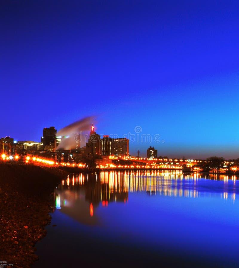 圣保罗市地平线夜间河视图 免版税库存图片