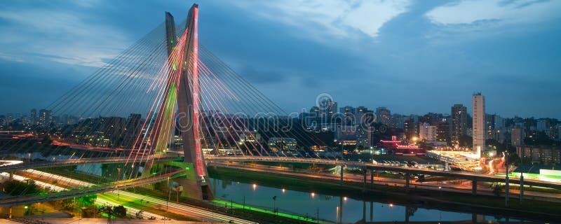 圣保罗市桥梁在晚上 免版税图库摄影