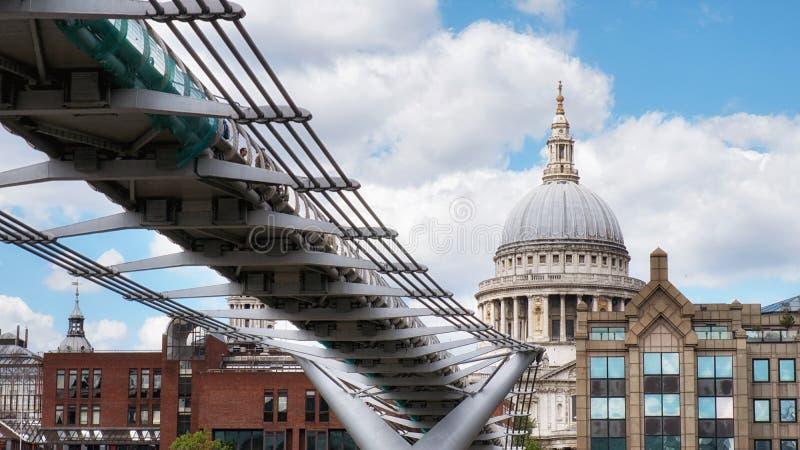 圣保罗座堂和千年人行桥全景在泰晤士河,伦敦,英国 免版税库存图片