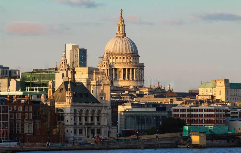 圣保罗日落的,伦敦市` s大教堂看法  免版税图库摄影
