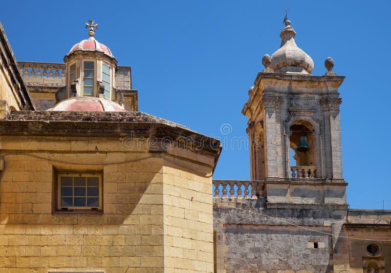 圣保罗牧师会主持的教堂的响铃和灯笼塔, 库存图片