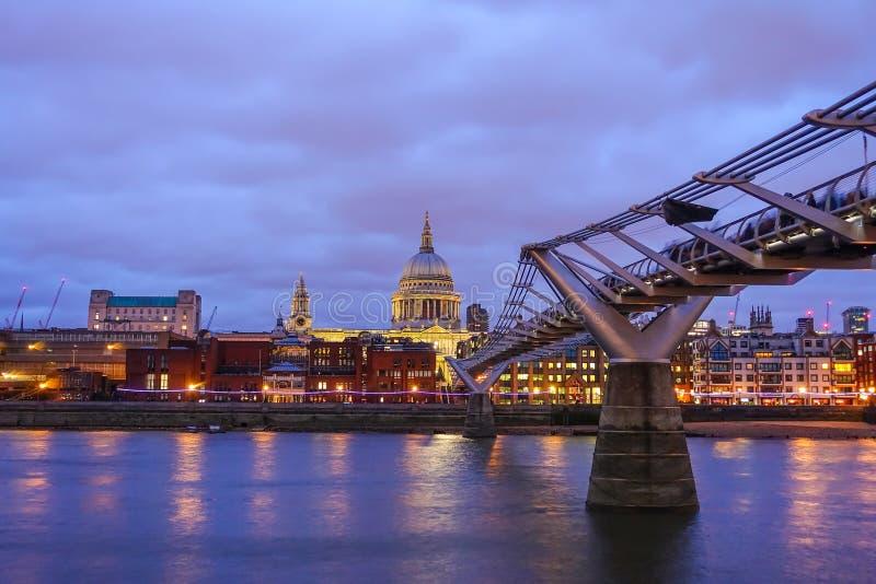 Download 圣保罗的大教堂和伦敦地平线 库存照片. 图片 包括有 游人, 人们, 目的地, 云彩, 英国, 城市, 著名 - 72370378