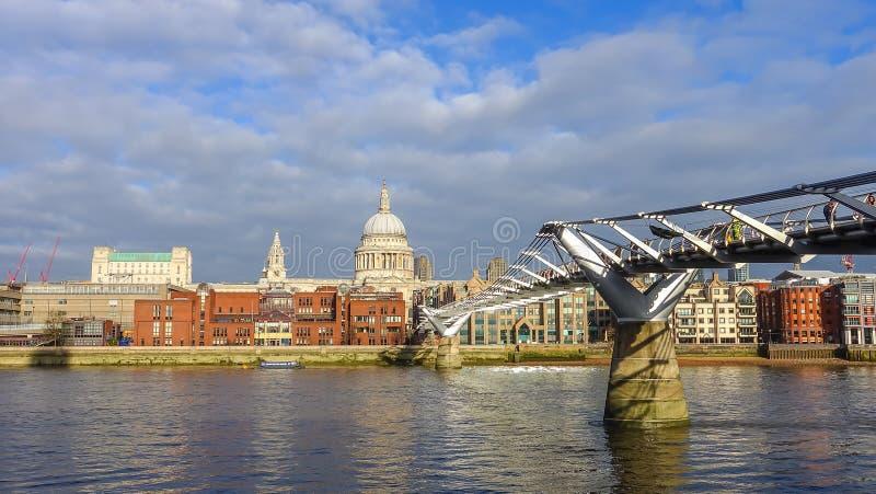 Download 圣保罗的大教堂和伦敦地平线 库存图片. 图片 包括有 外部, 著名, 纪念碑, 城市, 阴云密布, 旅游 - 72370391