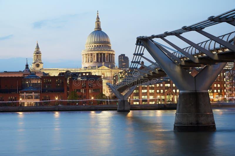 Download 圣保罗的大教堂和千年桥梁在伦敦,平衡 图库摄影片. 图片 包括有 britney, 保罗, 晚上, 地标 - 62531787
