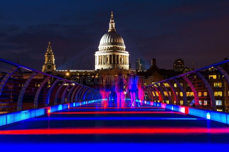 圣保罗的大教堂和千年桥梁在伦敦,英国 免版税库存图片