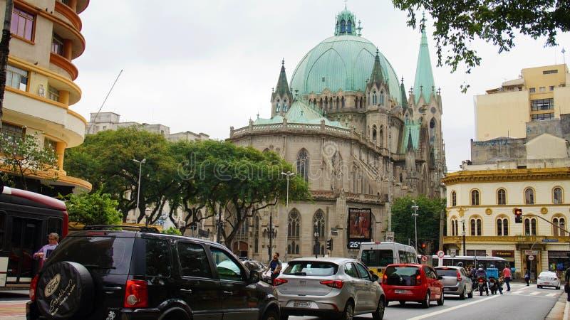 圣保罗,巴西- 2019年5月9日:有雅西都主教座堂的圣保罗街市背景的 库存照片