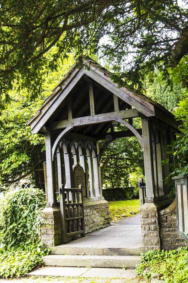 圣克里斯托弗` s教会Lychgate在Pott Shrigley,彻斯特,英国小村庄  免版税库存图片