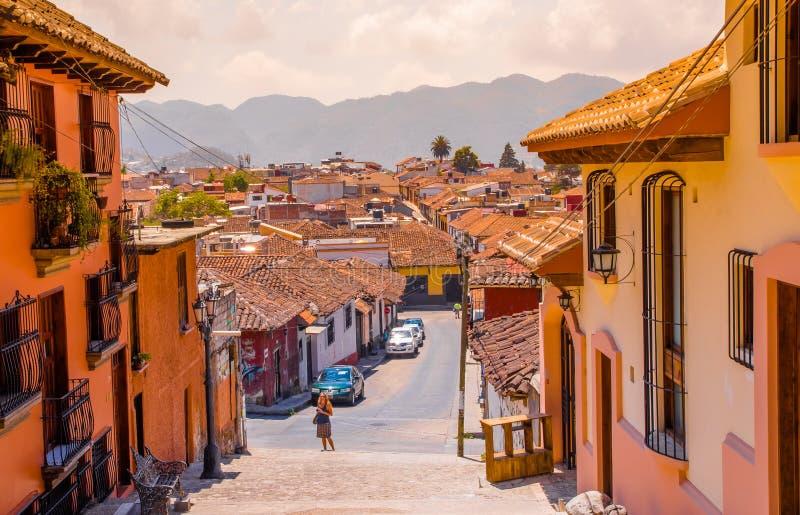 圣克里斯托瓦尔DE LAS卡萨什,墨西哥, 2018年5月, 17日:街道视图和边路在圣克里斯托瓦尔de的历史中心 免版税图库摄影