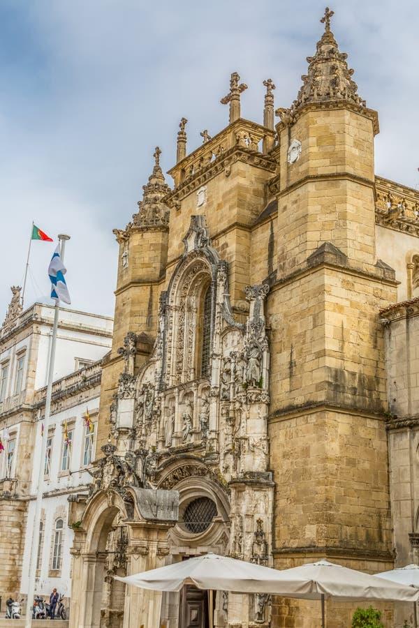 圣克鲁斯修道院前面门面、罗马式和哥特式样式的看法,与游人在街道上,国家历史文物 免版税库存图片