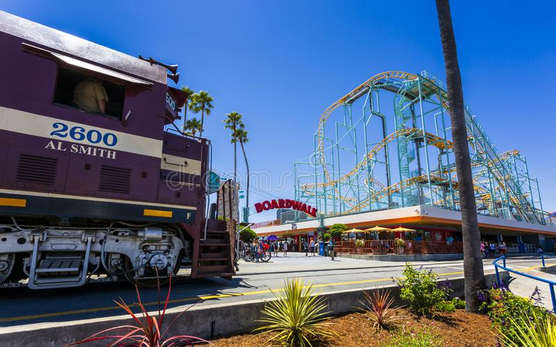 圣克鲁斯大树和和平的铁路火车,圣克鲁斯,加利福尼亚,美国,北美洲 免版税库存照片