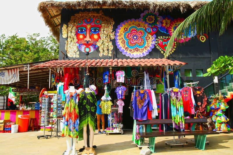 圣克鲁斯海湾,Huatulco,墨西哥 2019年1月2日 圣克鲁斯海湾的,Huatulco,墨西哥五颜六色的纪念品商店 卖的T恤杉 库存照片