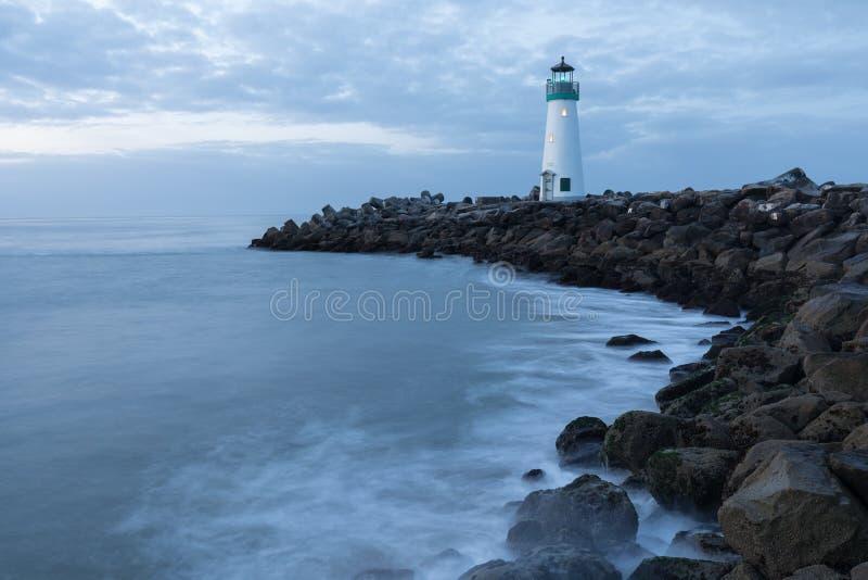 圣克鲁斯防堤灯塔华尔顿灯塔,太平洋海岸,加利福尼亚,美国,日出灯塔的加利福尼亚 库存照片