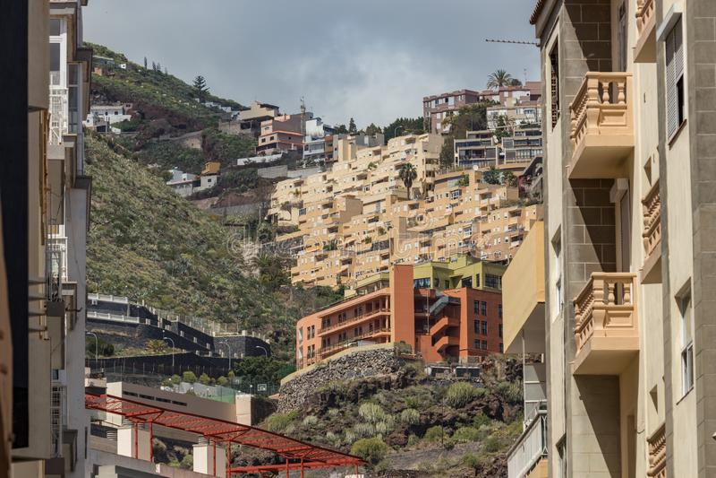 圣克鲁斯,特内里费岛,西班牙- 2018年3月20日 在城市的现代部分的典型的狭窄的街道 在陡坡的大厦 库存照片