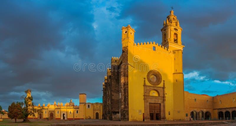 圣加百利女修道院在Cholula,普埃布拉,墨西哥 免版税库存照片