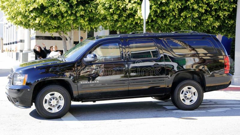 圣加百利, LA,加州- 2016年1月7日,民主党总统候选人希拉里・克林顿在黑SUV大型高级轿车离去在亚洲人Ameri 库存照片