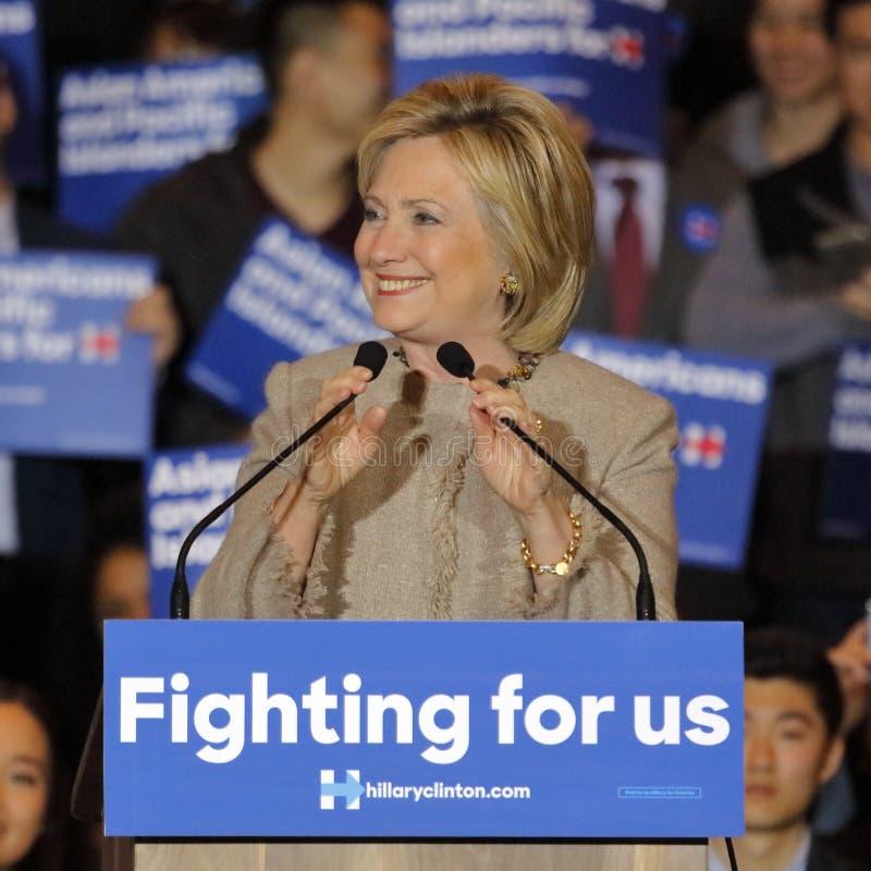 圣加百利, LA,加州- 2016年1月7日,民主党总统候选人希拉里・克林顿挥动并且微笑对亚裔美国人和Pa 免版税库存图片