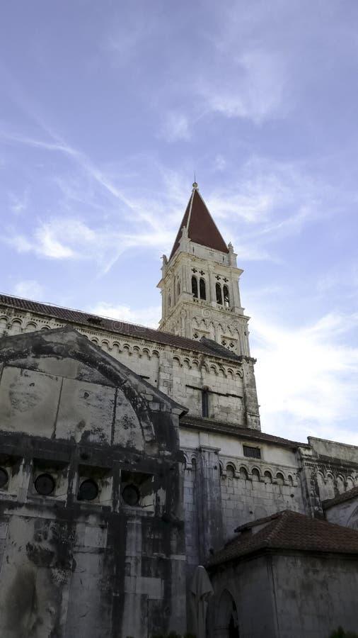 圣劳伦斯大教堂在历史的市特罗吉尔,克罗地亚 免版税库存图片