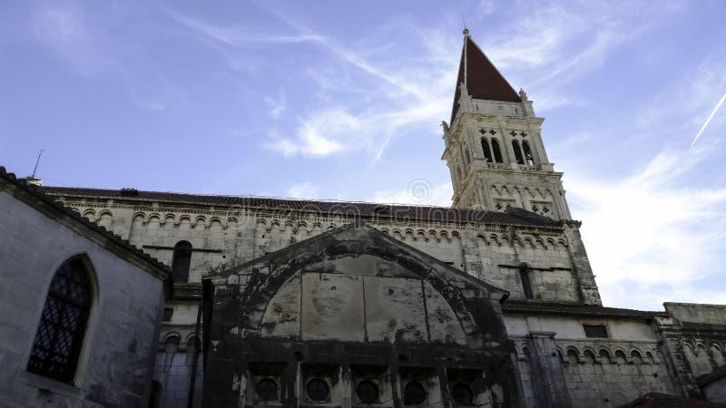 圣劳伦斯大教堂在历史的市特罗吉尔,克罗地亚 免版税库存照片