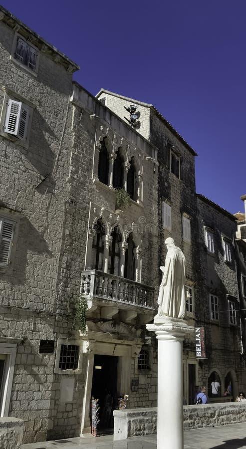 圣劳伦斯雕象有Cipiko宫殿的在背景中在特罗吉尔,克罗地亚 免版税库存照片