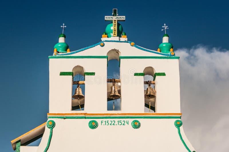 圣包蒂斯塔教会在圣胡安Chamula市场,恰帕斯州,墨西哥上 库存图片