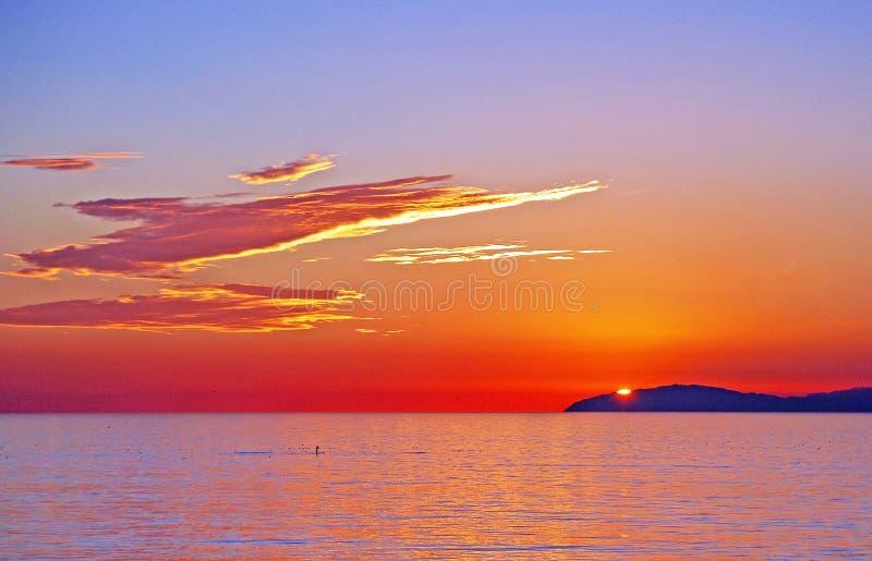 圣卡塔利娜海岛日落视图有桨房客的拉古纳海滩,加利福尼亚。 免版税库存照片