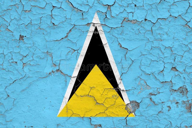 圣卢西亚的旗子在破裂的肮脏的墙壁上绘了 葡萄酒样式表面上的全国样式 库存例证