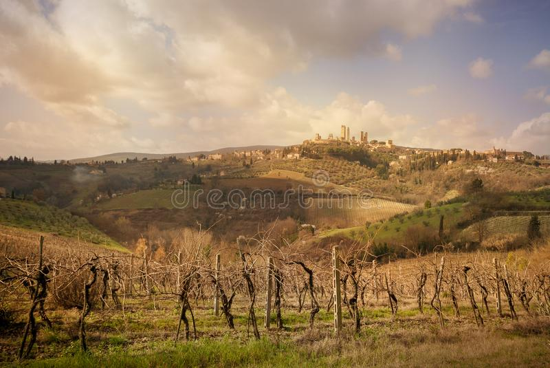 圣吉米尼亚诺中世纪镇耸立地平线和乡下风景全景在日落 意大利siena托斯卡纳 库存图片