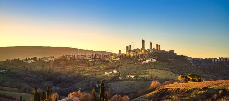 圣吉米尼亚诺全景中世纪镇耸立地平线和landsca 免版税库存照片
