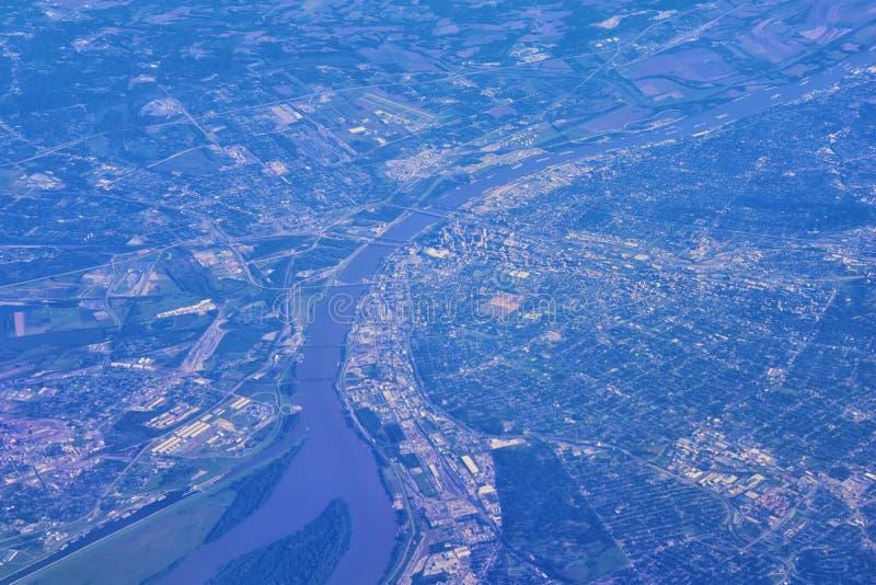 圣圣路易斯鸟瞰图is is一个主要城市在有门户曲拱的密苏里,沿联合国的密西西比河 免版税图库摄影