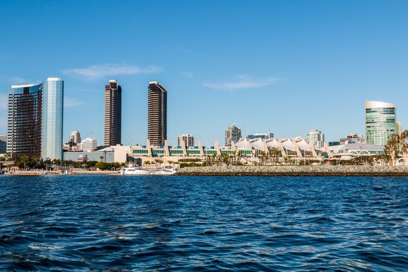 圣地亚哥会议中心和旅馆江边的 免版税图库摄影